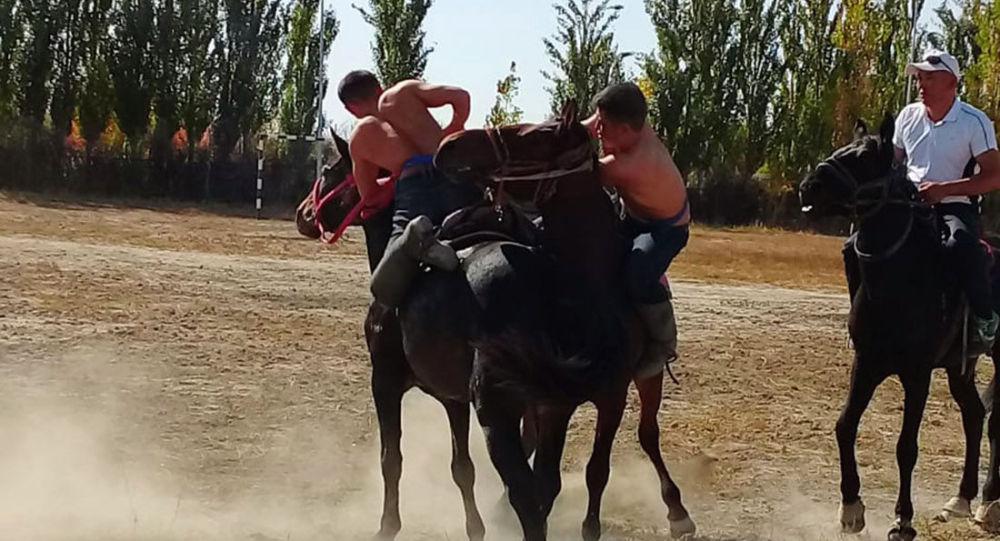 Старинным способом выбирали самого классного юношу на юге Казахстана