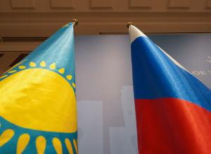Флаги Казахстана и России на заседании Межправкомиссии по сотрудничеству между Казахстаном и Россией