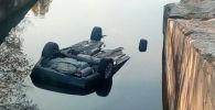 Автомобиль невнимательного водителя опрокинулся в Большой Алматинский канал