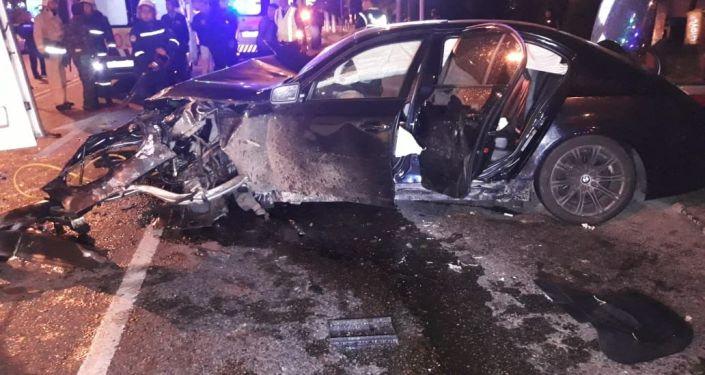 BMW көлігі жолдың қарама-қарсы жағына шығып кетті