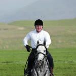 Первый президент Казахстана Нурсултан Назарбаев верхом на лошади