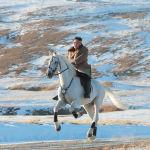 Северокорейский лидер Ким Чен Ын скачет на лошади во время снегопада на горе Паекту.