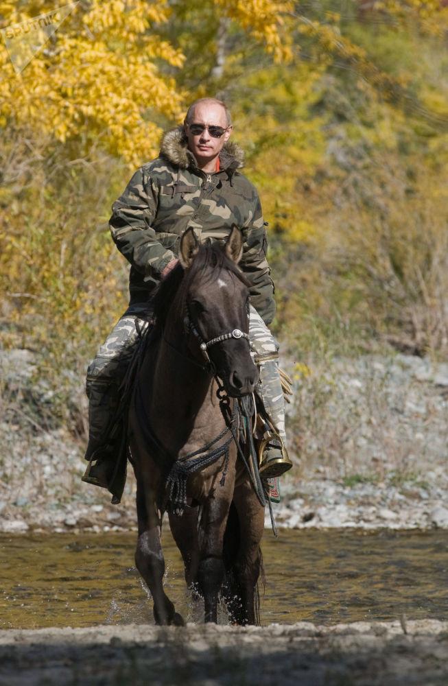 Председатель правительства РФ Владимир Путин во время экспедиции в Убсунурскую котловину, где он осмотрел места обитания снежного барса.