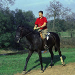 Губернатор Калифорнии Рональд Риган верхом на лошади на своем ранчо возле Оберна, Калифорния.