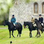 Королева Елизавета II  и ее дочь принцесса Анна верхом на лошадях в Виндзорском замке