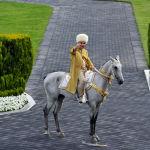 Президент Туркменистана Гурбангулы Бердымухамедов на ахалтекинском жеребце принимает участие в праздновании Дня лошади в Ашхабаде.