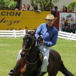 Президент Колумбии Альваро Урибе едет на лошади во время празднования годовщины битвы в Боготе.