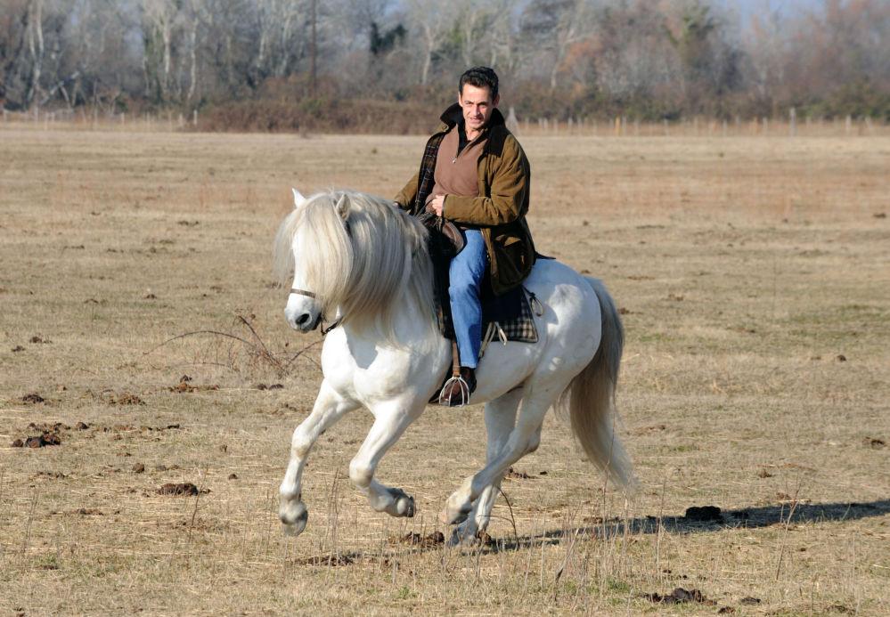 Президент Франции Николя Саркози едет верхом на ранчо Mas du Juge в Сент-Мари-де-ла-Мер на юге Франции.