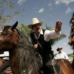 Президент Гондураса Мануэль Селайя во время традиционного конного парада в его честь в Пальмаресе,  к северо-западу от столицы Сан-Хосе, Коста-Рика