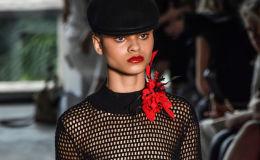 Модель демонстрирует творение Reinaldo Lourenco на неделе моды в Сан-Паулу, Бразилия