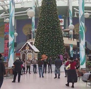 Астана тұрғындары Назарбаевпен  бірге оның сүйіп тыңдайтын әнін орындады