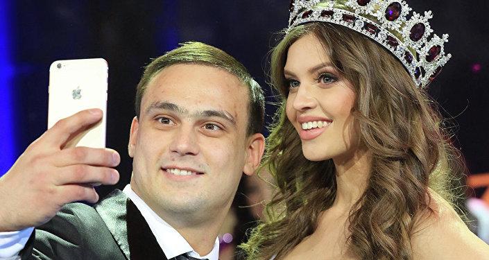 Мисс Казахстан-2014 Регина Вандышева с тяжелоатлетом Ильей Ильиным