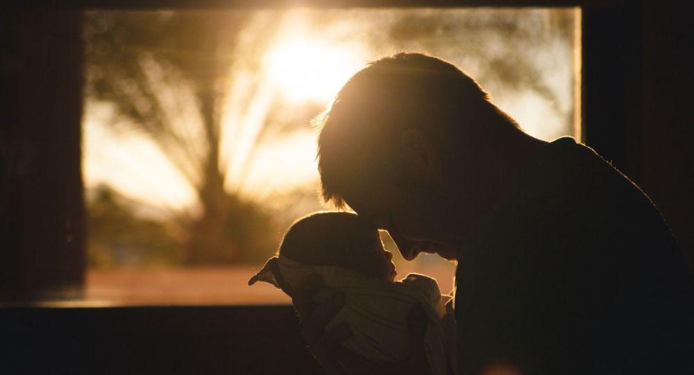Ребенок в руках мужчины, иллюстративное фото