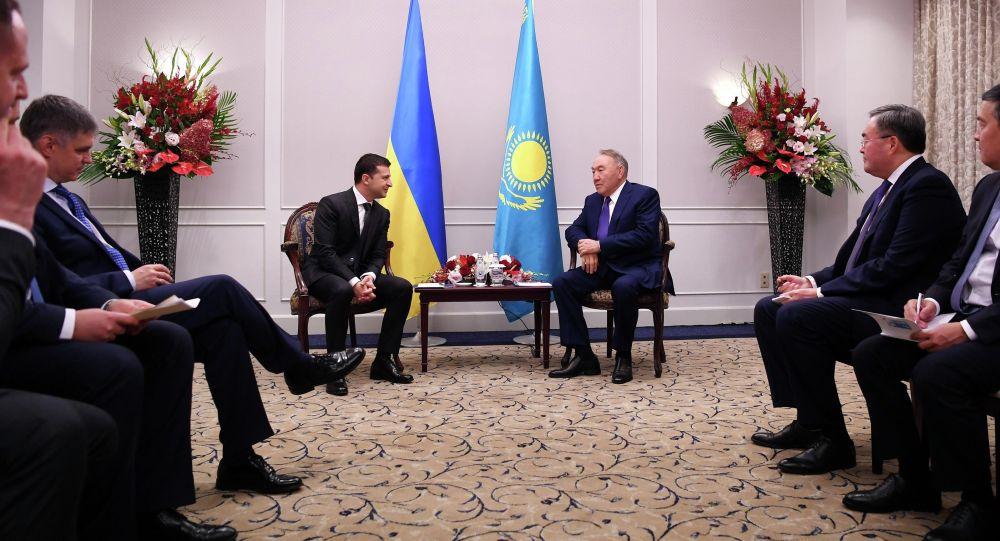Нұрсұлтан Назарбаев пен Владимир Зеленский
