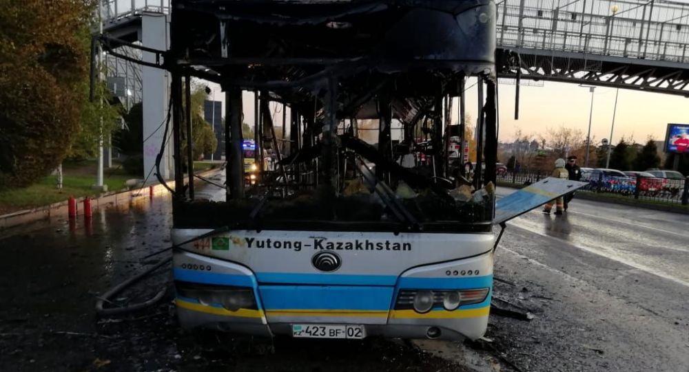 Алматының Әл-Фараби даңғылында өртенген жолаушылар автобусы