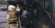 На пересечении улиц Момышулы и Сатпаева в столице утром загорелся пассажирский автобус