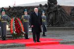 Александр Лукашенко возложил цветы у Вечного огня в Нур-Султане