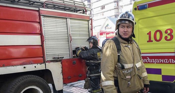 Пожарные машины, скорая и сотрудники противопожарной безопасности на месте вызова