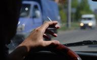 Водитель курит за рулем