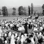 Оркестр имени Курмангазы выступает на полях колхоза Луч Востока