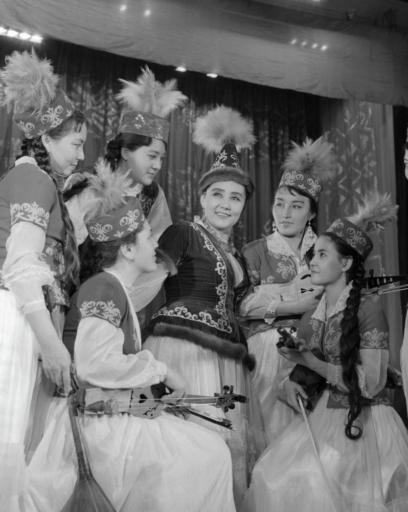 Народная артистка Казахской ССР Бибигуль Тулегенова (в центре) среди солисток оркестра народных инструментов имени Курмангазы