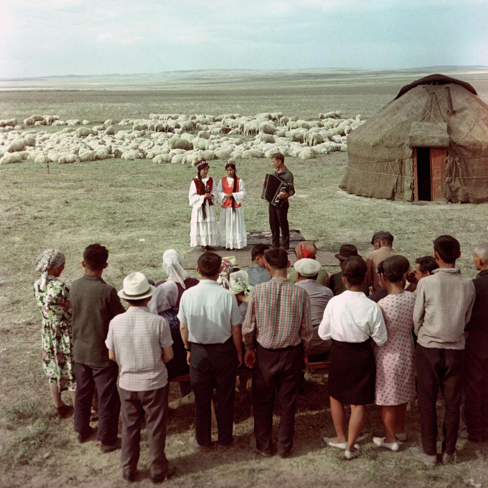 Студентки Алма-Атинского Государственного института искусств им. Курмангазы выступают перед чабанами