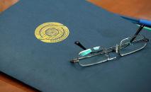Папка с эмблемой министерства иностранных дел Казахстана, иллюстративное фото