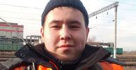 Иманбек Зейкенов работает сигналистом на железной дороге, меняет и убирает тормозные башмаки. В свободное время создает хиты на своем ноутбуке