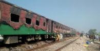 Огромный пожар охватил три вагона поезда в Пакистане