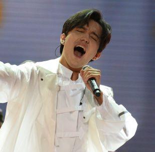 Певец Димаш Куйдайберген выступает на торжественной церемонии открытия международного конкурса молодых исполнителей Новая волна - 2019 в Сочи