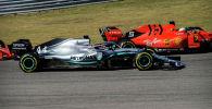 Пилот Mercedes AMG Petronas Motorsport Льюис Хэмилтон из Великобритании и гонщик Scuderia Ferrari Mission Winnow Себастьян Феттель из Германии