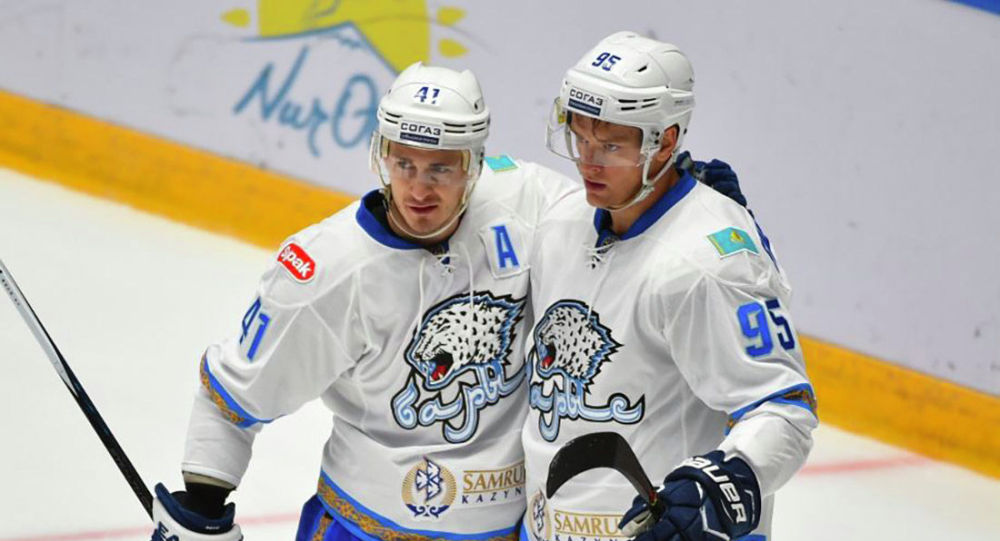 Дастина Бойда (Барыс, слева) признали лучшим бомбардиром Кубка президента