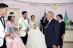 Нурсултан Назарбаев поздравил молодоженов в Туркестане