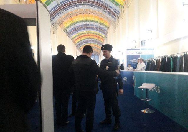 Участников и гостей выставки досматривают на входе