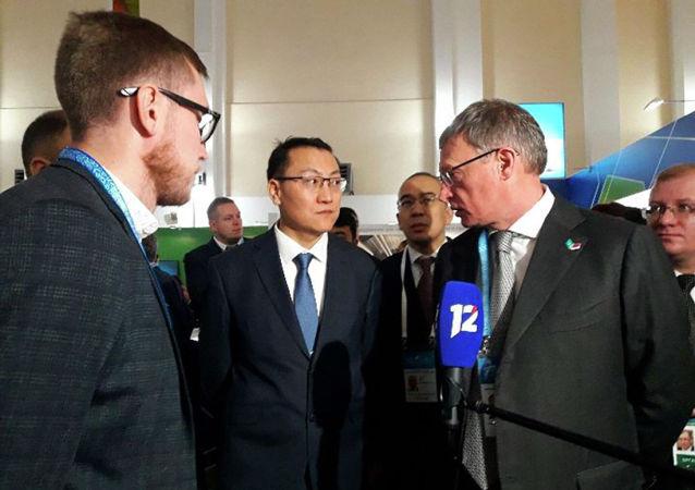 Губернатор Омской области Александр Бурков и вице-министр торговли и интеграции Казахстана Кайрат Торебаев