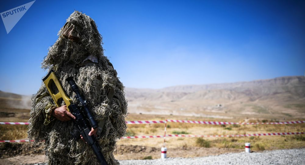 Военнослужащий во время учений Центр-2019 на полигоне в Таджикистане