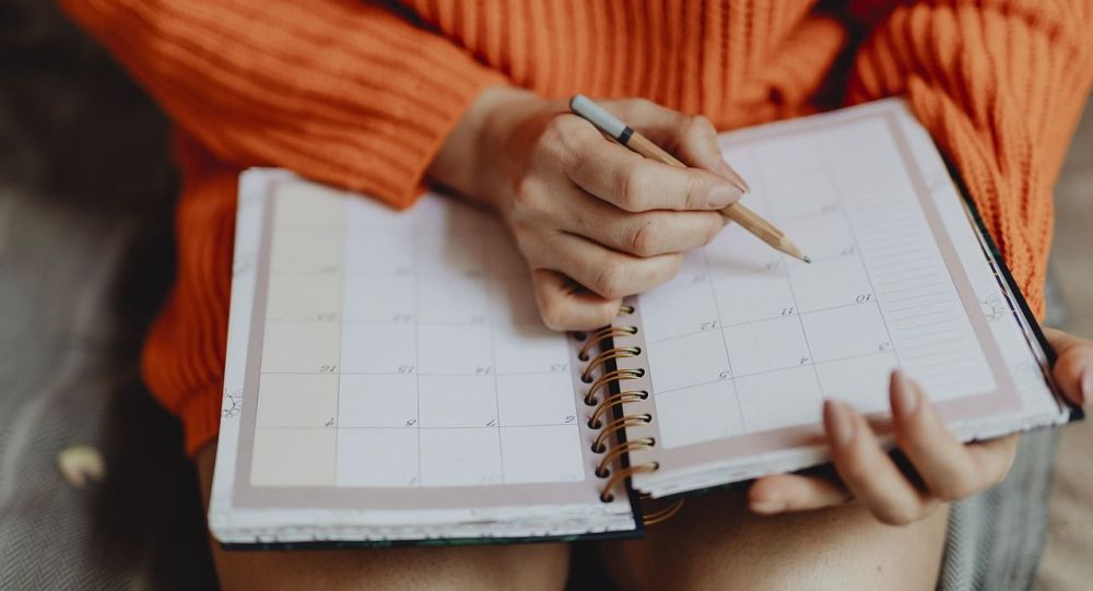 Календарь в ежедневнике, иллюстративное фото