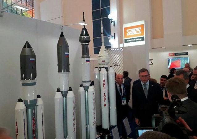 Макеты ракет-носителей Ангара, Протон М у стенда Роскосмоса