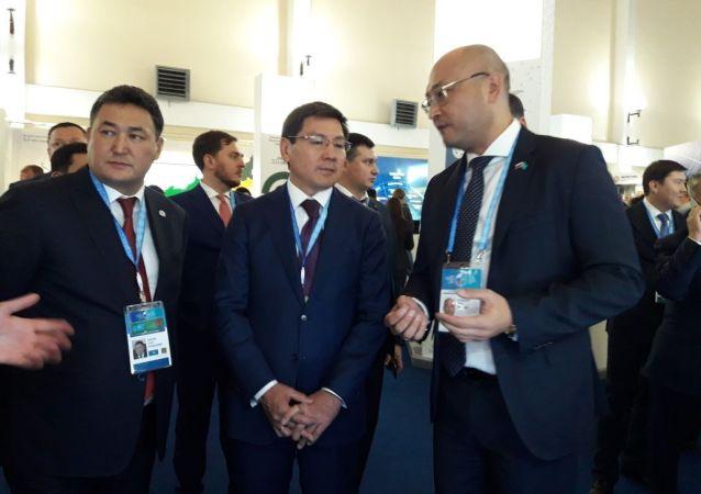 Казахстанские министры осматривают выставку высоких технологий