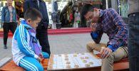 Китай. Мальчик и мужчина, архивное фото