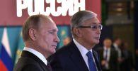 Президенты России Владимир Путин и Казахстана Касым-Жомарт Токаев во время осмотра выставки, архивное фото