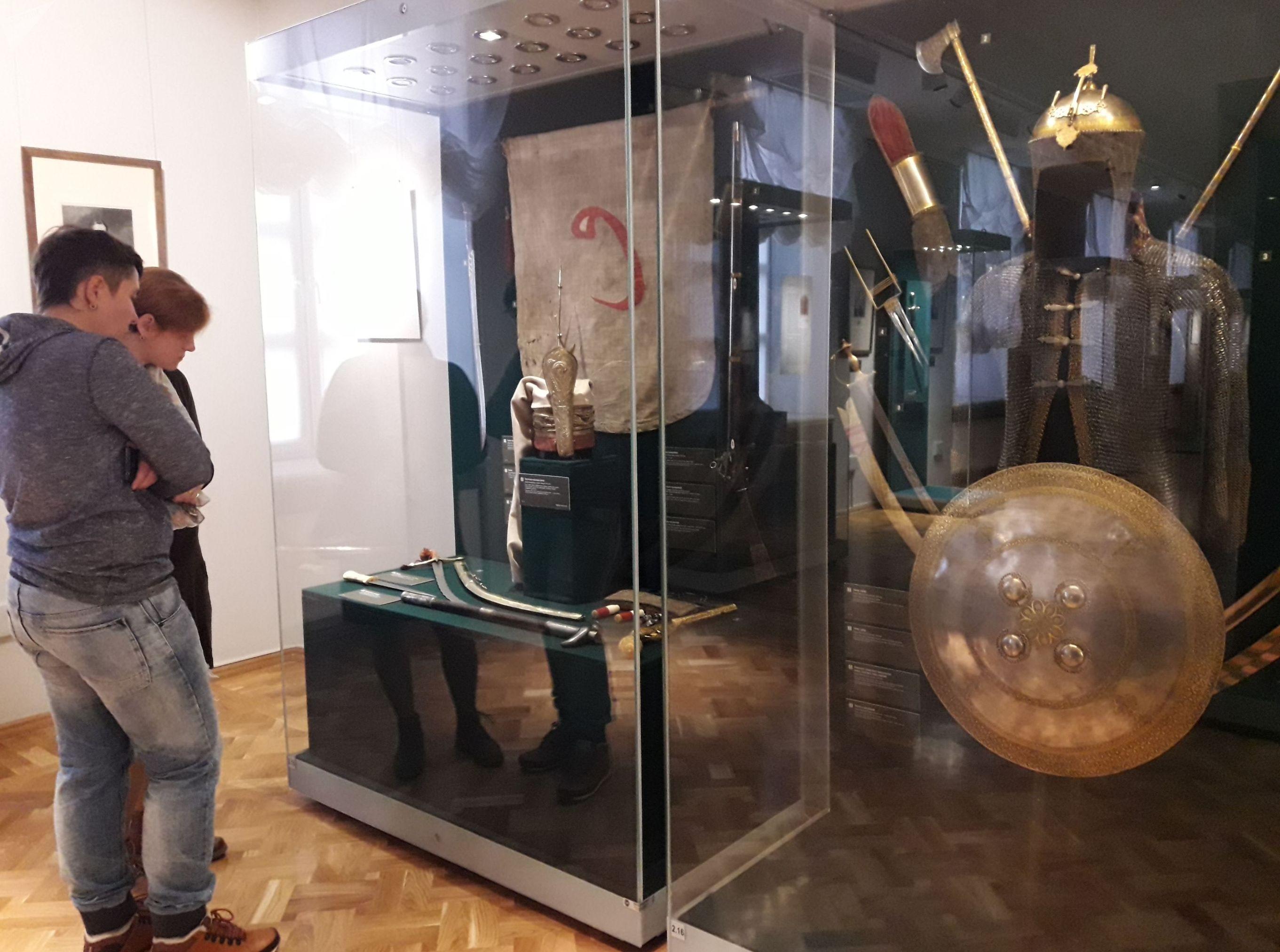 Посетители рассматривают экспонаты в омском Эрмитаже