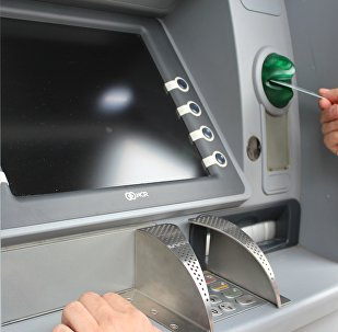 Человек у банкомата