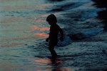 Мальчик на берегу. Архивное фото