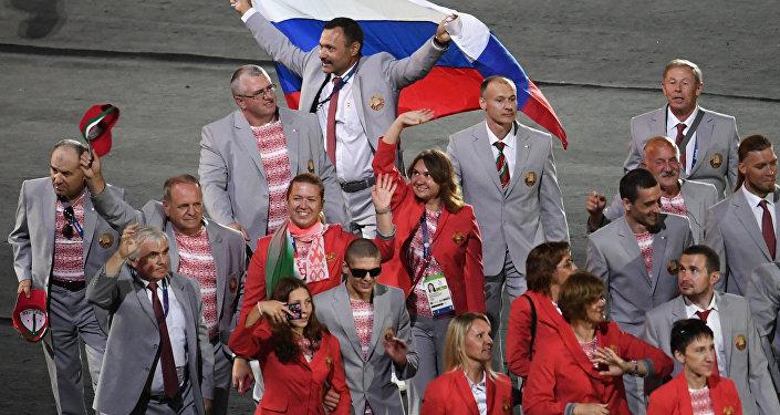 Директор Республиканского центра олимпийской подготовки по легкой атлетике Андрей Фомочкин с флагом России  на открытии ХV летних Паралимпийских игр 2016 в Рио-де-Жанейро