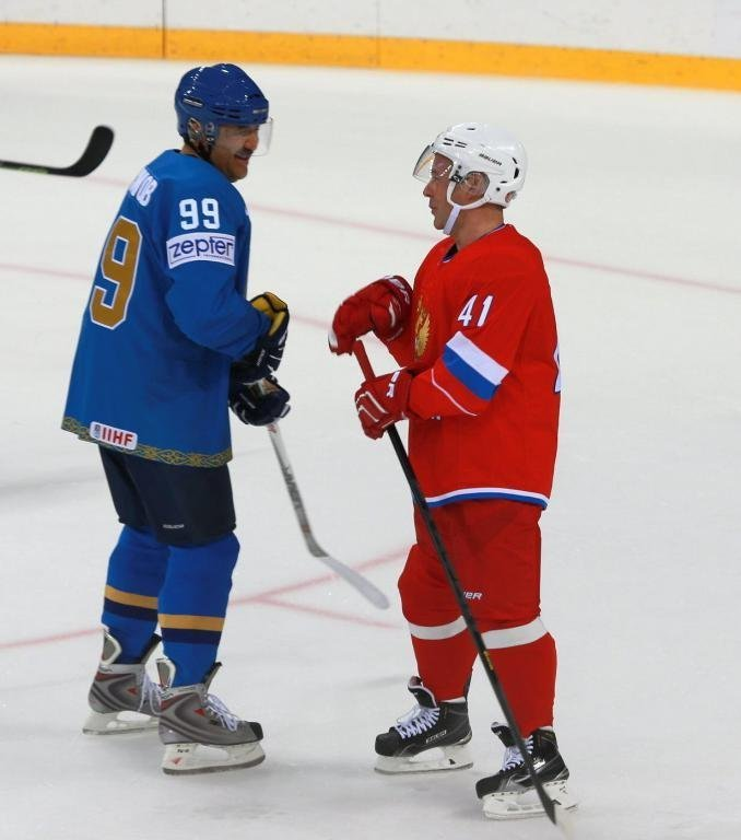 Карим Масимов и Дмитрий Медведев играют в хоккей