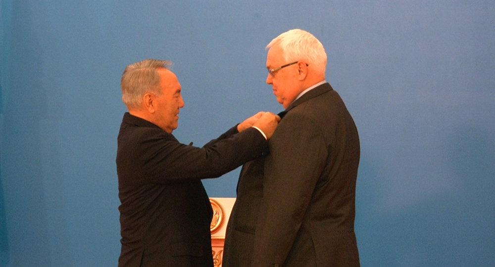 Нурсултан Назарбаев награждает медалью Сергея Терещенко. Архивное фото