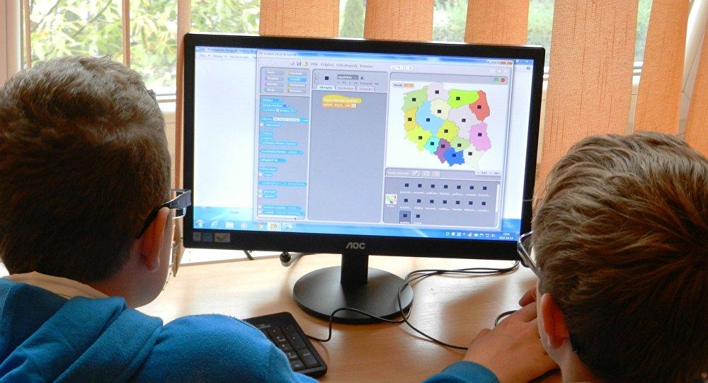 Компьютер алдында отырған балалар