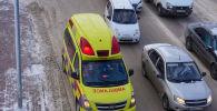 Скорая помощь и автомобили на дороге