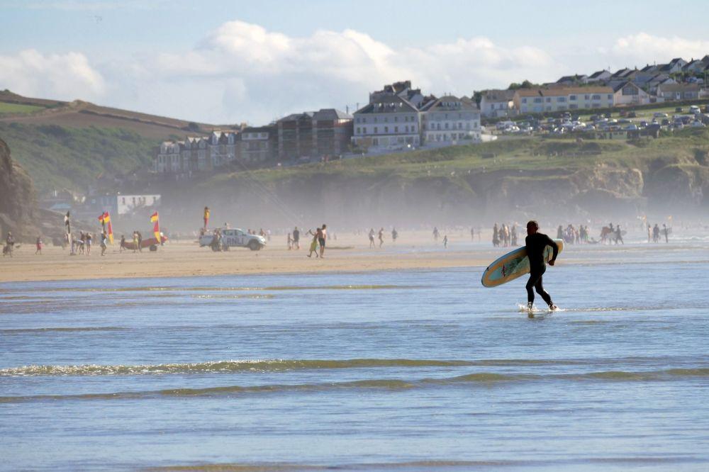 Пляж Перранпорт Бич в Англии отлично подходит для плавания и серфинга.